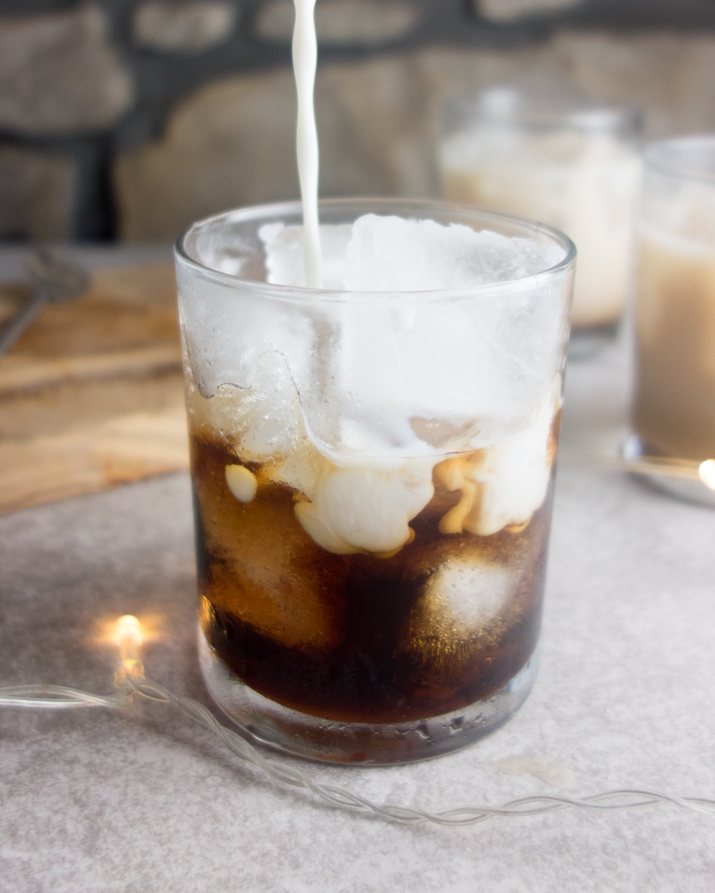 An easy recipe for the classic white russian cocktail with just 3 ingredients: vodka, coffee liquer and milk. Perfect to serve at a party!
