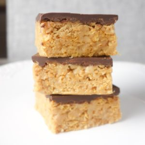Crunchy Peanut Butter Bars: A super easy, 5 ingredient, no bake recipe for creamy & crunchy chocolate peanut butter bars. SO yum!